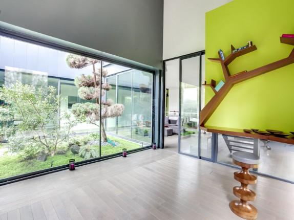 en images a vendre maison d 39 architecte japonisante dans un ancien garage. Black Bedroom Furniture Sets. Home Design Ideas